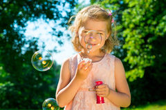Muchacha hermosa con las burbujas de jabón Foto de archivo
