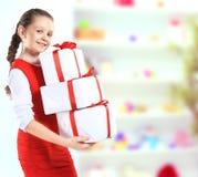 Muchacha hermosa con las cajas de regalo Imágenes de archivo libres de regalías