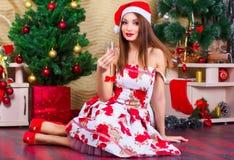 Muchacha hermosa con las decoraciones de la Navidad Foto de archivo libre de regalías