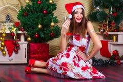 Muchacha hermosa con las decoraciones de la Navidad Fotos de archivo libres de regalías