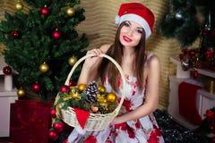 Muchacha hermosa con las decoraciones de la Navidad Foto de archivo