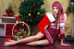 Muchacha hermosa con las decoraciones de la Navidad Imagen de archivo