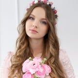 Muchacha hermosa con las flores Fotografía de archivo libre de regalías
