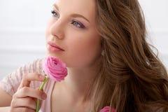 Muchacha hermosa con las flores Imágenes de archivo libres de regalías