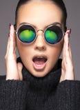 Muchacha hermosa con las gafas de sol Fotografía de archivo libre de regalías
