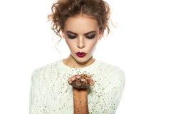Muchacha hermosa con las lentejuelas del oro del soplo del maquillaje de la tarde Fotos de archivo libres de regalías