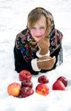 Muchacha hermosa con las manzanas rojas en nieve Imagen de archivo