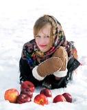 Muchacha hermosa con las manzanas rojas en nieve Fotografía de archivo