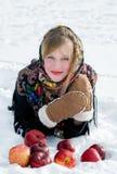 Muchacha hermosa con las manzanas rojas en nieve Foto de archivo libre de regalías
