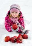 Muchacha hermosa con las manzanas rojas en nieve Imágenes de archivo libres de regalías