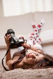 Muchacha hermosa con las medias que toman las fotografías Fotografía de archivo libre de regalías