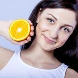 Muchacha hermosa con las naranjas Foto de archivo