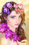 Muchacha hermosa con las orquídeas Fotografía de archivo