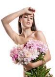 Muchacha hermosa con las peonías de las flores Una mujer que sostiene un ramo grande de flores en sus manos Fotografía de archivo libre de regalías