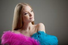 Muchacha hermosa con las plumas coloridas Imagenes de archivo