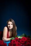 Muchacha hermosa con las rosas Fotografía de archivo