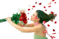 Muchacha hermosa con las rosas rojas contra blanco Imagenes de archivo