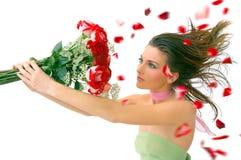 Muchacha hermosa con las rosas rojas contra blanco Imagen de archivo