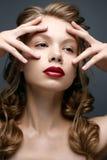 Muchacha hermosa con las trenzas y el maquillaje apacible nude Modelo de la belleza con los labios rojos brillantes foto de archivo libre de regalías