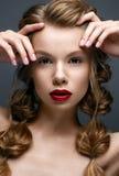Muchacha hermosa con las trenzas y el maquillaje apacible nude Modelo hermoso con los labios rojos brillantes imagen de archivo libre de regalías