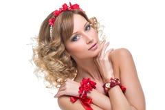 Muchacha hermosa con los accesorios rojos de la cinta Foto de archivo libre de regalías
