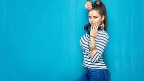 Muchacha hermosa con los auriculares, estilo de pelo de la cola Imagen de archivo libre de regalías
