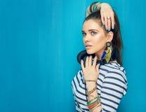 Muchacha hermosa con los auriculares, estilo de pelo de la cola Fotos de archivo