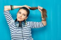 Muchacha hermosa con los auriculares, estilo de pelo de la cola Foto de archivo libre de regalías