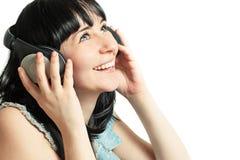 Muchacha hermosa con los auriculares que escucha la música Imagen de archivo libre de regalías