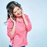 Muchacha hermosa con los auriculares que miran abajo portra del estilo de la música Foto de archivo libre de regalías