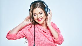Muchacha hermosa con los auriculares que miran abajo portra del estilo de la música Fotografía de archivo libre de regalías