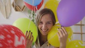 Muchacha hermosa con los globos metrajes