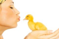 Muchacha hermosa con los pollos y los anadones Imagen de archivo libre de regalías