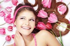 Muchacha hermosa con los tulipanes Imagen de archivo
