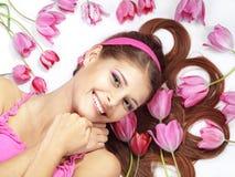 Muchacha hermosa con los tulipanes Imagen de archivo libre de regalías