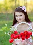Muchacha hermosa con los tulipanes al aire libre Imágenes de archivo libres de regalías