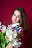 Muchacha hermosa con los tulipanes blancos Fotografía de archivo
