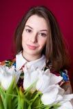 Muchacha hermosa con los tulipanes blancos Fotos de archivo