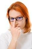 Muchacha hermosa con los vidrios que desgastan del pelo rojo Imágenes de archivo libres de regalías