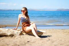 Muchacha hermosa con los vidrios y el traje de baño en el mar imágenes de archivo libres de regalías