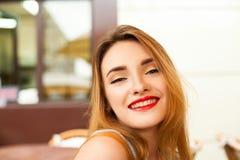 Muchacha hermosa con maquillaje agradable al aire libre Foto de archivo