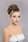 Muchacha hermosa con maquillaje brillante y alto pelo Fotografía de archivo