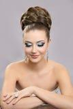Muchacha hermosa con maquillaje brillante y alto pelo Imagen de archivo
