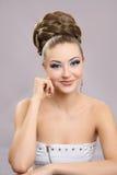 Muchacha hermosa con maquillaje brillante y alto pelo Foto de archivo