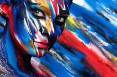 Muchacha hermosa con maquillaje coloreado brillante Imagen de archivo libre de regalías