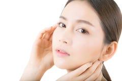Muchacha hermosa con maquillaje, concepto del cuidado de la mujer y de piel/la muchacha atractiva de Asia smilling en la cara ais imágenes de archivo libres de regalías
