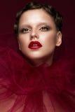 Muchacha hermosa con maquillaje creativo del arte en imagen de la novia roja para Halloween Cara de la belleza Imagen de archivo