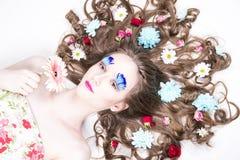 Muchacha hermosa con maquillaje creativo y peinado con las flores imágenes de archivo libres de regalías