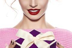 Muchacha hermosa con maquillaje de la tarde que sonríe con felicidad Imágenes de archivo libres de regalías