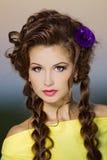 Muchacha hermosa con maquillaje en un shooting al aire libre Imagen de archivo